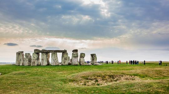 Paisaje de Stonehenge con visitantes